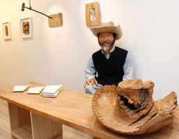 新庄さんと木の穴を生かしたカウボーイハット(手前)。ロサンゼルスに行った時に触発されて制作したそう=佐賀市のギャラリーシルクロ