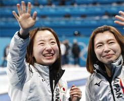 カーリング女子で銅メダルを獲得し、笑顔で手を振る藤沢(左)と本橋=江陵(共同)