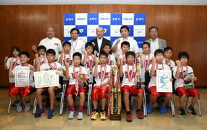 第40回全関西交歓大会に出場する鳥栖男子ミニバスケットボールクラブ=鳥栖市役所