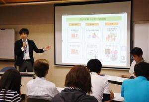 電子決済環境整備の効果を説明する佐賀県の担当者=佐賀市城内の県立図書館