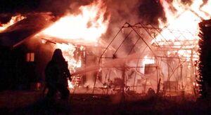 火災現場で消火活動に当たる消防署員=3日午後5時50分ごろ、伊万里市大川町