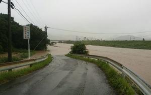 増水した多久市南多久町の牛津川=6日午前10時ごろ、多久市南多久町