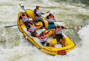 ゴムボートに乗り、激流を下る日本代表チーム。右列中央が古川陽進さん=提供