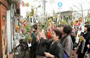 福笹を手に商売繁盛を願う掛け声を上げる着物姿の女性たち=佐賀市の呉服元町