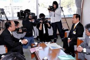 資源エネルギー庁原子力発電立地対策・広報室の佐々木雅人室長(左)に、玄海原発の再稼働に反対の考えを伝える塚部芳和市長(右)=伊万里市役所