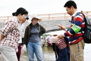 捕まえた生き物を観察する参加者たち=唐津市呼子町の弁天島周辺