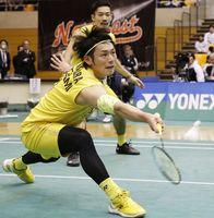 男子決勝でNTT東日本に勝利したトナミ運輸の園田(奥)、嘉村組=サイデン化学アリーナ