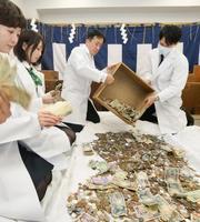 京都市の伏見稲荷大社で始まった「さい銭開き」=4日午前