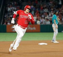 マリナーズ戦の3回、2打席連続の適時三塁打を放ち三塁に向かうエンゼルス・大谷=アナハイム(共同)