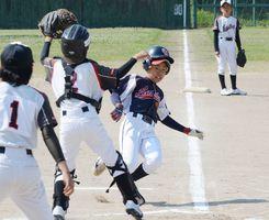 2回戦・相知レインボー-山内西少年 1回表相知レインボー無死二、三塁、左中間に先制の3点本塁打を放ち、ホームインする木本夢翔=中原球場