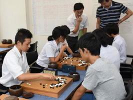 盤上で熱戦を繰り広げる生徒たち=佐賀市の日本棋院佐賀中央支部