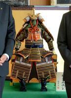 住吉金属が制作し大阪府富田林市に寄贈した楠木正成の甲冑=29日