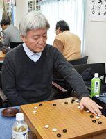 初めて優勝大会を制した麻上能寿さん=佐賀市の日本棋院佐賀中央支部