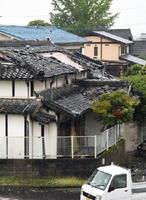 突風で瓦が飛ぶ被害が出た住宅=28日午後1時すぎ、佐賀市久保田町新田