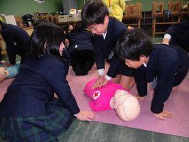 救急法を練習する参加者