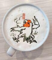 「鳥獣戯画」のパロディー作品「鳥鳥戯画」のラテ・アート