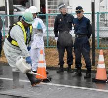 愛知県豊橋市内の消毒ポイントを視察する県警の加藤達也本部長(右端)=19日午後
