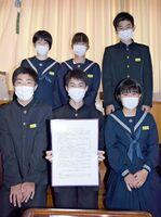 「修学旅行に行きたいプロジェクト」として、感染予防の心掛けを宣言文にした鏡中の生徒会=唐津市の同校