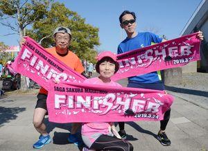 乳がん検診の大切さを訴えた「あじさい」代表の高椋里恵子さん(中央)ら=佐賀市