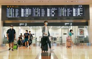 羽田空港第2ターミナルに到着した人たち=11日午前