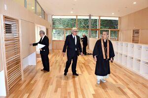 最新の設備が備えられた施設内を見学する参加者=基山町の基山っ子みらい館