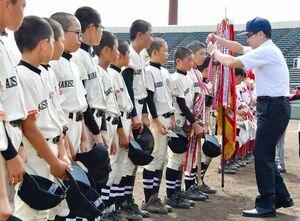 表彰式で金メダルを授与される高木瀬小クラブの選手たち=佐賀市のみどりの森県営球場(撮影・米倉義房)