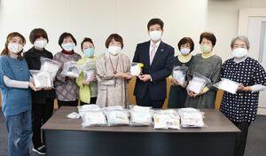 末安伸之町長に手作りマスクを贈った「みやき手作りの会」のメンバー=みやき町庁舎
