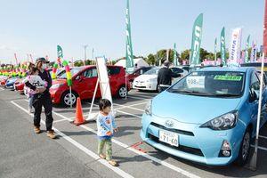 会場では特選中古車320台を展示、販売する(昨年のフェアの様子)