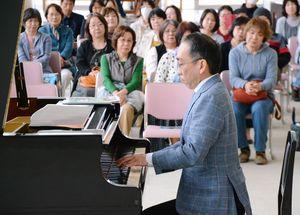 クラシックや即興の曲を演奏した新垣隆さん=有田町の焱の博記念堂ロビー