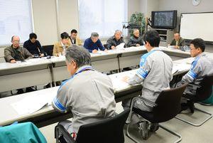 九電担当者(手前)の説明を受ける市民団体のメンバー=東松浦郡玄海町の玄海エネルギーパーク