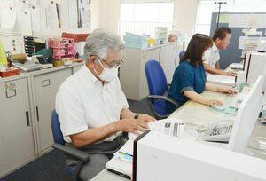 女性向けの労働相談や新型コロナウイルス関連の相談を電話で受け付けている連合佐賀の事務所=佐賀市