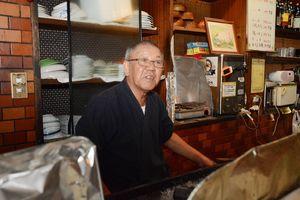 仕込みをしながら、38年間を振り返る永渕洋三さん=佐賀市の焼き鳥「あぶさん」