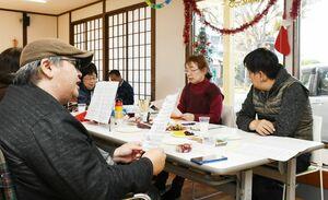 施設のオリジナルソングを披露する利用者たち=佐賀市鍋島町の難病サポートあゆむ