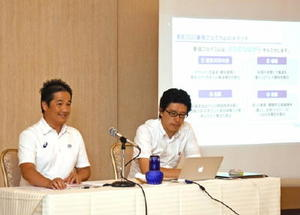 東京五輪・パラリンピックを応援するプログラムを紹介する担当者=佐賀市天神のグランデはがくれ