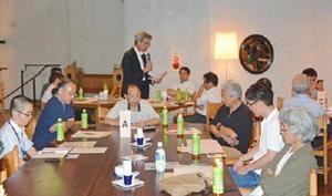 グループに分かれて業界の課題や今後の取り組みを話し合った「有田焼未来プロジェクト」の初会合=西松浦郡有田町のチャイナ・オン・ザ・パーク