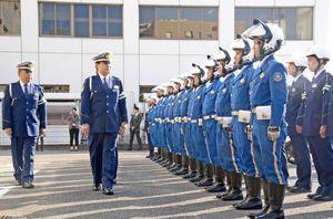 出発式で、部隊点検をする逢坂貴士県警本部長(左から2番目)=佐賀市の県警本部