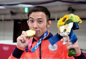 男子60キロ級で優勝し、金メダルにキスをする高藤直寿=日本武道館