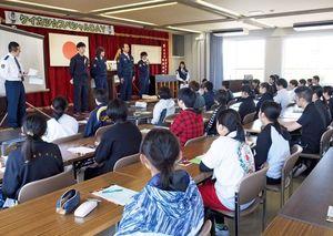 警察学校で学ぶ学生や若手警察官も登壇。参加者に「生の声」も届けた説明会=佐賀市の県警察学校