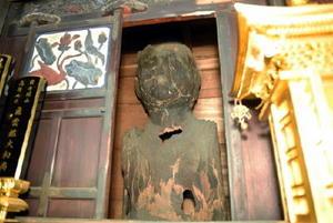 厨子の窓からのぞく薬師如来像=佐賀市本庄町本庄の東光寺
