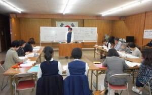 初級講座の授業の様子=佐賀市の県韓国会館(提供)