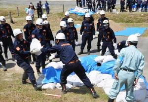水防工法を訓練する参加者=佐賀市の嘉瀬川河川敷