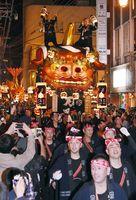 勇壮な掛け声と軽快な囃子を響かせて巡行する1番曳山「赤獅子」=2日午後7時30分、唐津市
