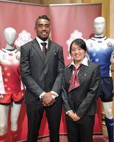 ラグビー7人制のワールドカップ日本代表に選出された副島亀里ララボウラティアナラ(コカ・コーラレッドスパークス)と堤ほの花(日本体育大)=8日、東京都