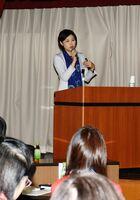 基調講演で生活時間の確保を提唱する圷由美子さん=佐賀市の佐賀県教育会館