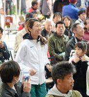 笑顔で参加者と交流するゲストの土佐礼子さん=佐賀市の656広場(撮影・山田宏一郎)