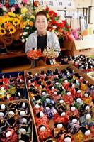 気仙沼市に贈られた手作りのひな人形と大詫間趣味の会の下村さん=佐賀市の大詫間公民館