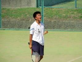 男子テニス団体・鳥栖―佐賀商 リターンを決め、ガッツポーズする鳥栖の選手