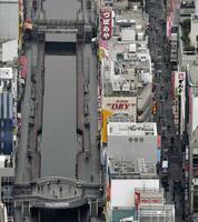 閑散とする大阪・ミナミの戎橋周辺=16日午後1時18分(共同通信社ヘリから)