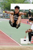 陸上男子走り幅跳び決勝 7メートル02で優勝した佐賀工の船津輝人=佐賀市のSAGAサンライズパーク運動場補助競技場