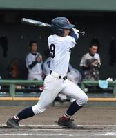 準決勝・鳥栖-鹿島 8回裏鹿島無死二、三塁、2番松尾武蔵が中越えの3塁打で2打点を挙げ、7-9と点差を縮める=佐賀市のみどりの森県営球場